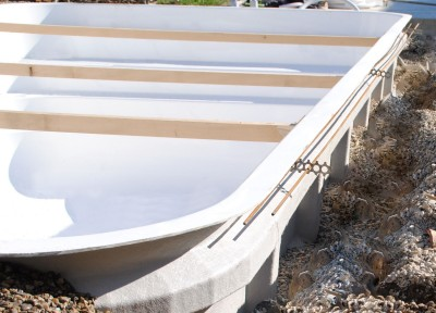 Installation piscine polyester moderne pas ch re marseille for Ceinture beton piscine coque